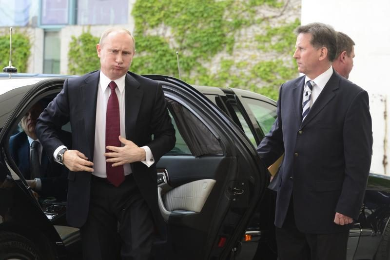 A.Merkel pasitiko V.Putiną su karinėmis iškilmėmis