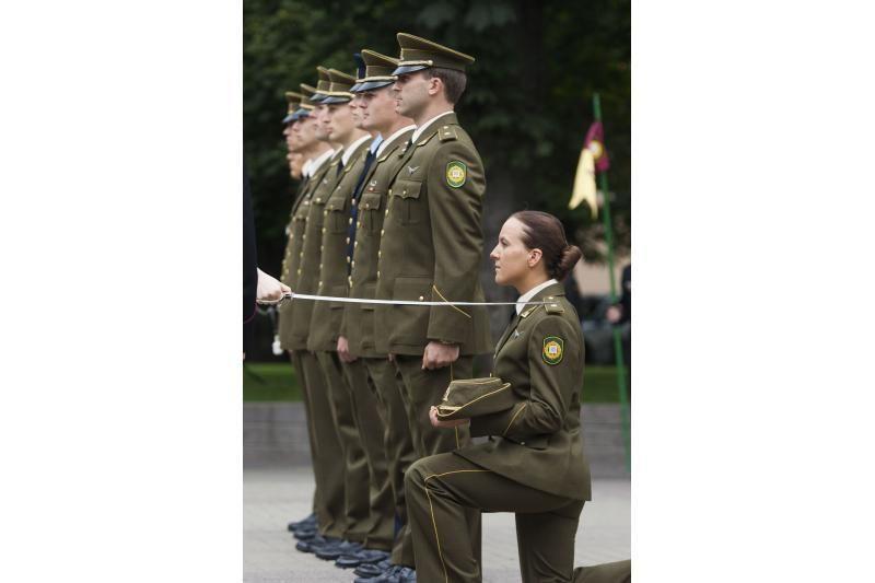 Prezidentė LKA absolventams suteikė karinį laipsnį