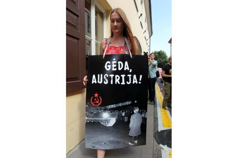 Prie Austrijos ambasados - protesto balsai ir žvakelės