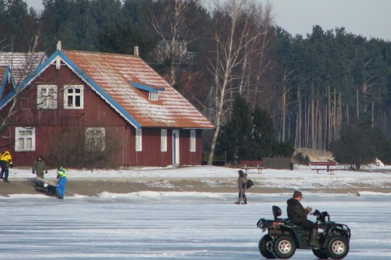 Ant užšalusių Kuršių marių – šimtai žvejų