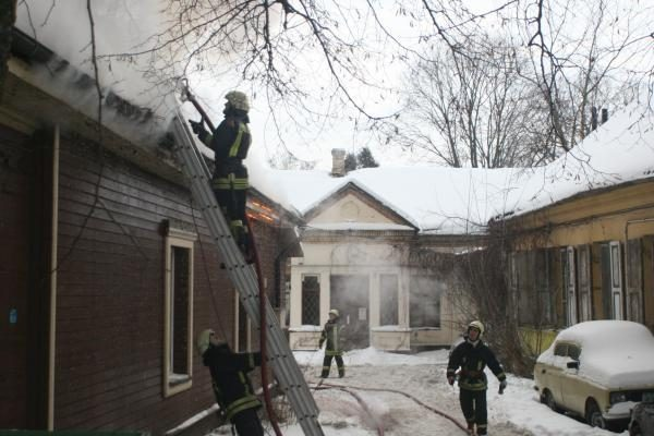 Vilniaus senamiestyje liepsnojo namas (papildyta)