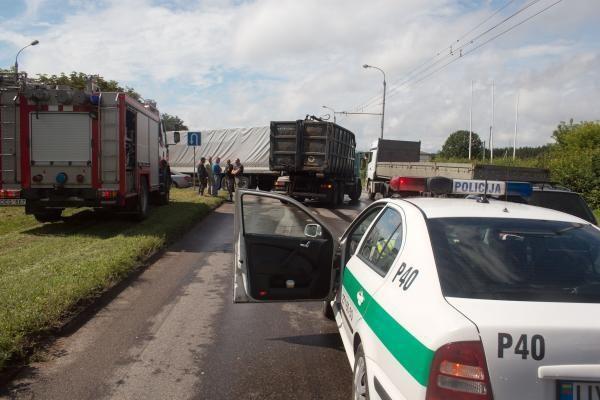 Vilniuje susidūrus dviem vilkikams nukentėjo vairuotojas