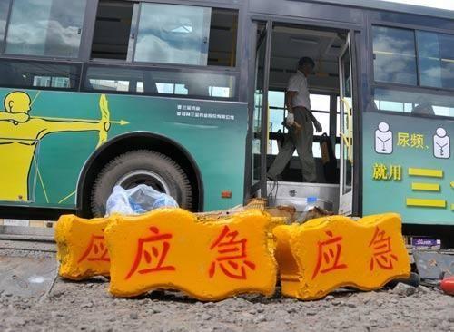 """Kinijos autobusuose – """"avarinės"""" plytos"""