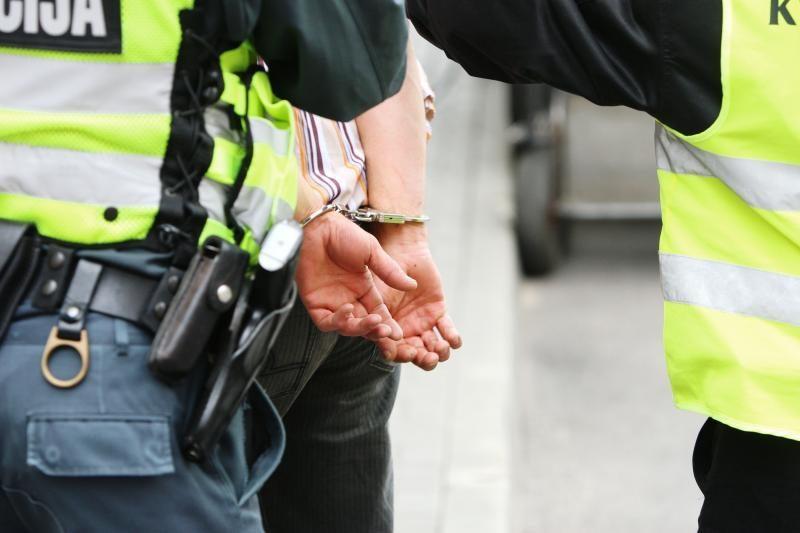 Agresyvus vyras degalinėje policininkui įkando į koją