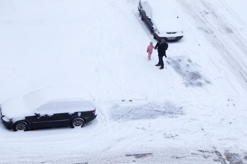 Dėl gausaus sniego vilniečiai užstrigo spūstyse, vėlavo į darbus