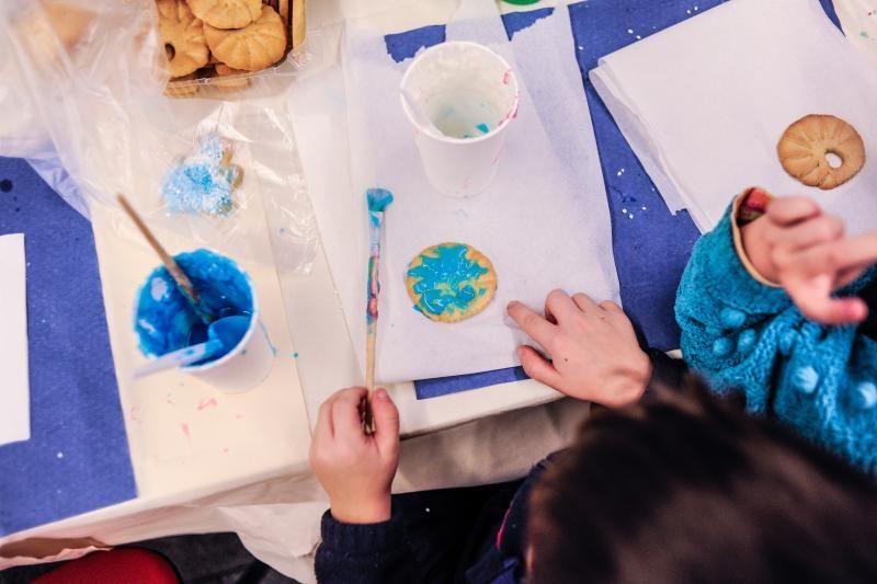 Globos namų vaikams nuspalvino tūkstančius meduolių