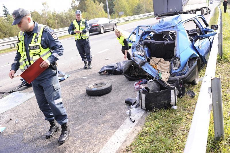"""Avarija autostradoje prie Kauno: vilkikas sutraiškė """"Fiestą"""""""