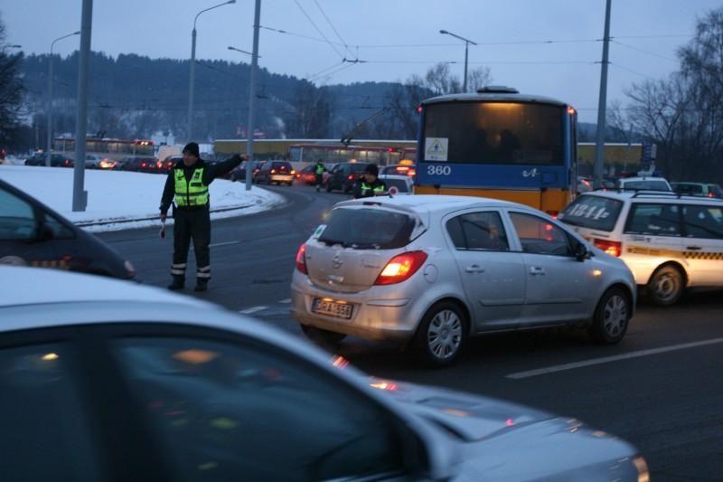 """Ryte protestuojantys taksistai bandė """"užkimšti"""" gatves"""