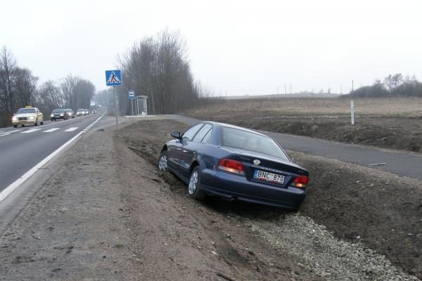 Rimkuose griovyje įstrigo automobilis