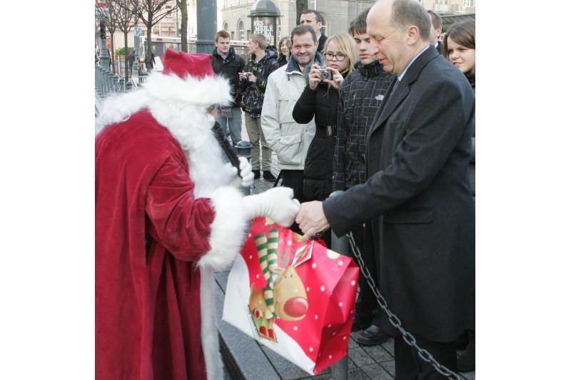 Kalėdinis karavanas vėl pakrautas dovanomis