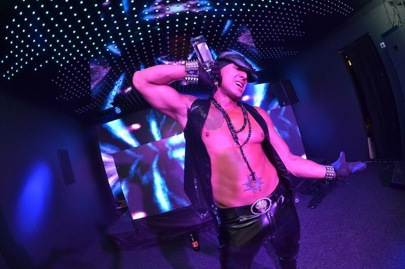 Klube - audringas Manto koncertas ir karštas striptizas (foto)