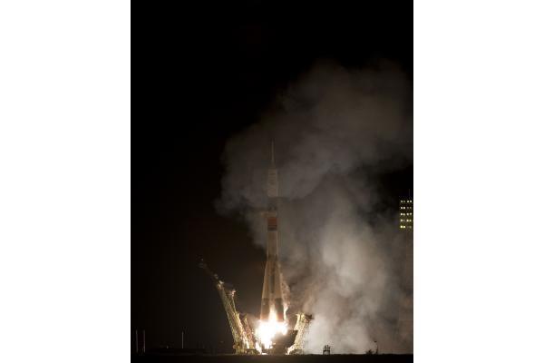 Rusijos raketa iškėlė į orbitą du kosmonautus ir vieną JAV astronautą