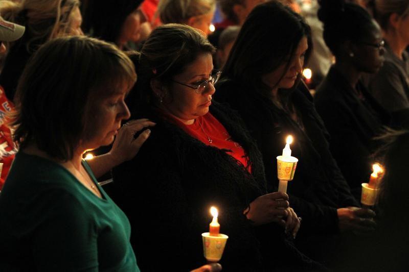 Žvakių jūra: gedint sprogimo Teksase aukų liejamos ašaros, meldžiamasi