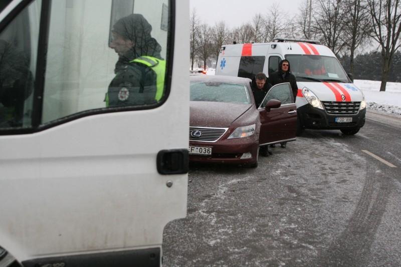 """Vilniuje prabangus """"Lexus"""" rėžėsi į metadoną vežiojantį autobusiuką"""