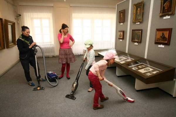 Lietuvos žvaigždės siurbė muziejaus kilimus