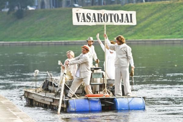 Naująjį sezoną Keistuolių teatras pristatė vasarodamas prie Neries upės