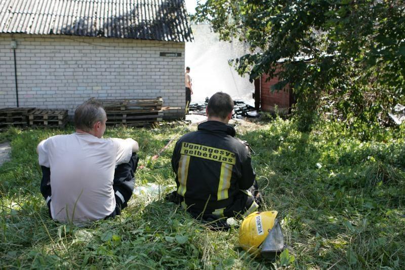 Netoliese Vilniaus centro degė gyvenamasis namas
