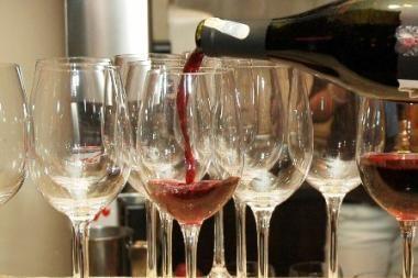 Anglų žurnalistai per savaitę vidutiniškai išgeria po 4 butelius vyno
