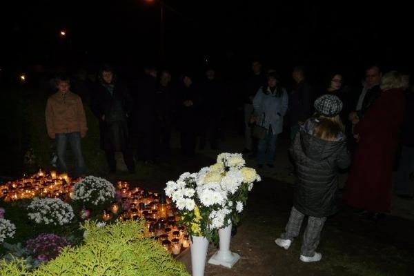 D.Kedžio kapas paskendo žvakučių jūroje