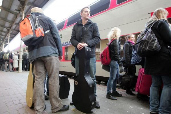 Bardai gitaras brazdino geležinkelio stotyje