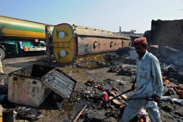 Pakistane vėl padegti NATO tanklaiviai