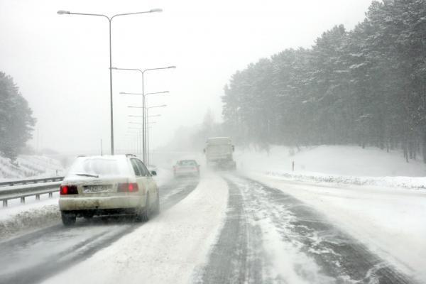 Kelininkai: dėl snygio keliuose matomumas gali būti blogas