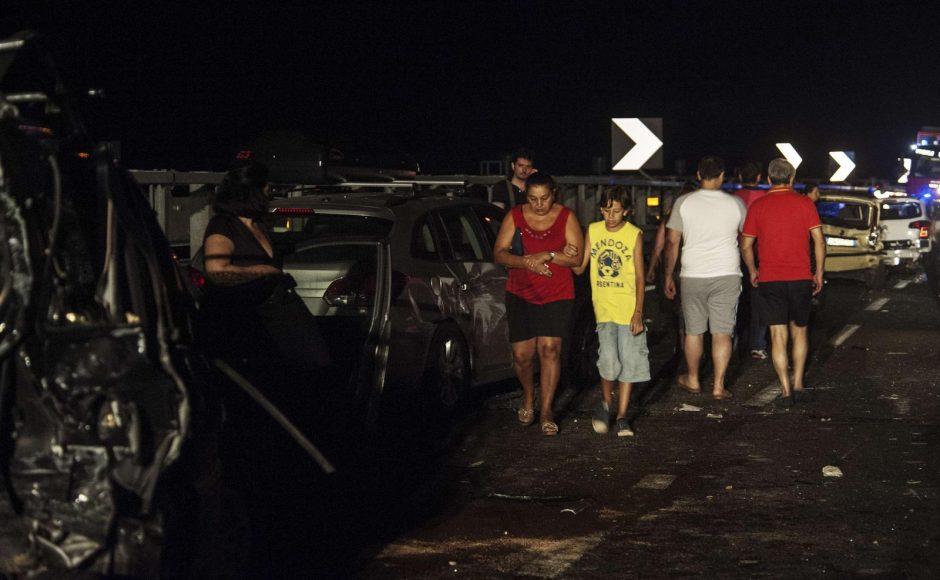 Autobusas Italijoje krito iš 30 m aukščio, daug žuvusių (papildyta)