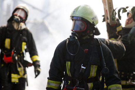 Vilniuje degė daugiabutis: ugniagesiai žmones kėlė nuo stogo