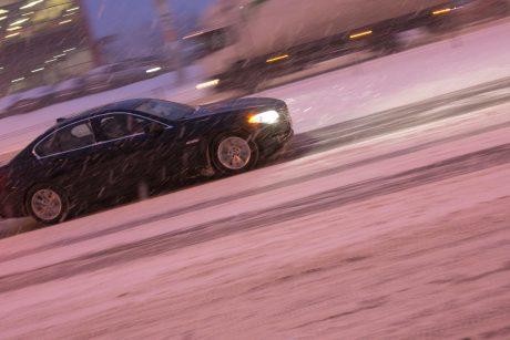 Vairuokite atsargiai: eismo sąlygas sunkina sniegas