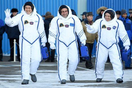 Iš Tarptautinės kosmoso stoties sugrįš trys įgulos nariai