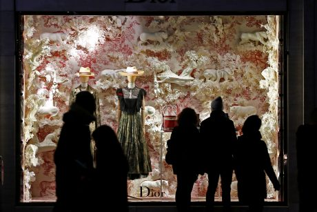 Nesibaigiančių išpardavimų kupinos Kalėdos nedžiugina drabužių parduotuvių