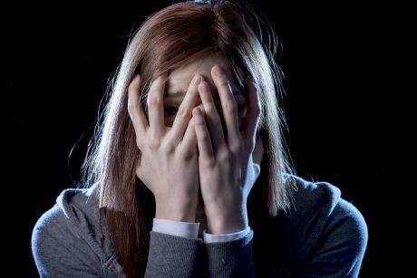 Nuo realios baimės mirti iki infarkto simptomų: ką daryti ištikus panikos atakai