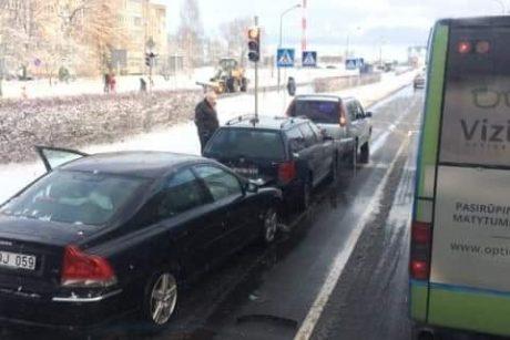 Keliuose – spūstys dėl avarijų