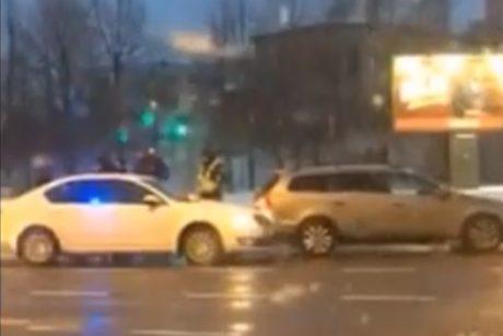 """Uostamiestyje susidūrė nežymėtas policijos automobilis ir """"Volkswagen Passat"""""""