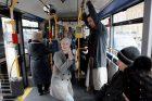 Muzikinio teatro baleto trupės pasirodymas viešąjame autobuse