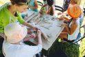 Bendrystė: padedami profesionalios menininkės, Eigulių bendruomenės nariai mėgaujasi pažintimi su menininkės keramikos pasauliu.