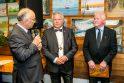 Ceremonija: naujajam prezidentui S.Klimui (centre) regalijas įteikė pirmasis LSB prezidentas A.Jakubaitis (kairėje), sveikino M.Vėlyvis.