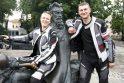 Keliautojai A.Dovydėnaitė ir L.Mockevičius užsuko ir į Klaipėdą, kur įsiamžino prie savo pirmtako A.Poškos bronzinio paminklo.