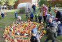 Gėrybės: vaikai džiaugėsi užaugintomis rudens gėrybėmis, prie kurių gausos kažkiek prisidėjo ir patys.