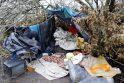 Migis: namų neturintis žmogus kapinių pašonėje įsirengė gūžtą, kur atsinešė daug daiktų.