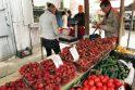 Lietuviškos braškės – po 20 litų, bet pirkėjų netrūksta
