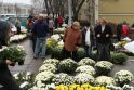 Pigiausios gėlės ir žvakės - prie Kauno kapinių