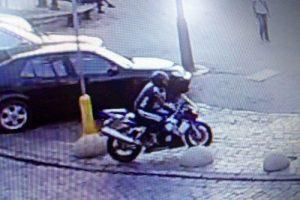 Motociklininkas apdaužė du automobilius ir paspruko