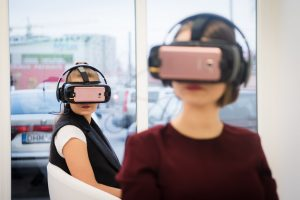 Pirmoji Lietuvoje virtualios realybės kino salė sutraukė būrį smalsuolių