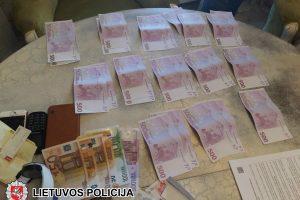 Teisiami narkotikų prekeiviai vėl įkliuvo su 8 kilogramais miltelių