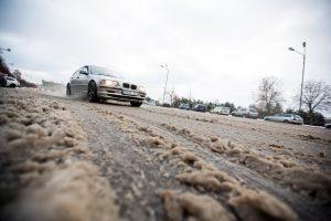 Kaune automobiliai slydo nuo kelio, neišvengta ir sužalojimų