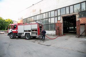 Ugniagesiai skubėjo gesinti užsiliepsnojusio įmonės stogo