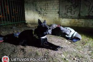 Cigaretės iš kiosko nudžiovusius vyrus susekė policijos šuo