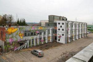 Ant apleisto pastato sienos – įspūdingas domino piešinys