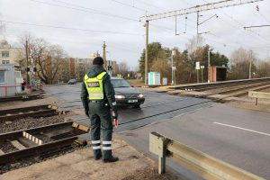 Geležinkelio pervažoje – įžūlus vairuotojo poelgis